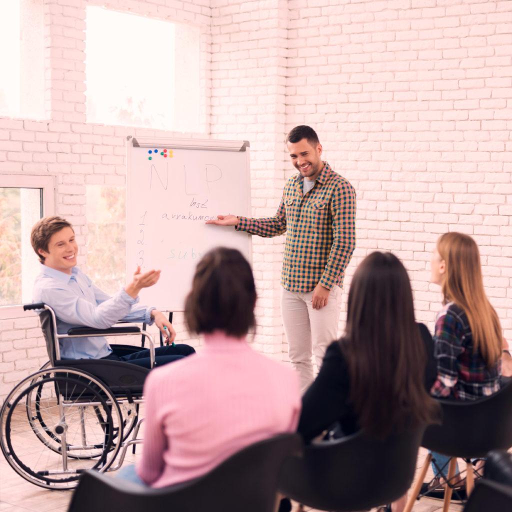 evento inclusivo gente felice che fa formazione
